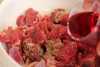 Тушеная говядина на вине в мультиварке