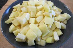 очищенные и нарезанные кубиками яблоки