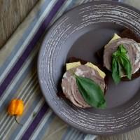 Вареный рулет из говядины с овощами