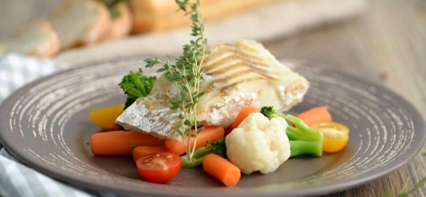 5 май 2015. Морская рыба в томате, приготовленная в мультиварке – это одно из моих самых любимых блюд из морепродуктов. Во-первых, я очень люблю нежирную морскую рыбу с белым мясом. Во-вторых, лично меня жареной рыбой не соблазнишь, а вот припущенную или тушеную я просто.