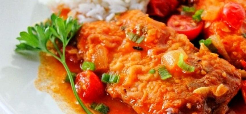 Тушеная рыба в сметане и томате
