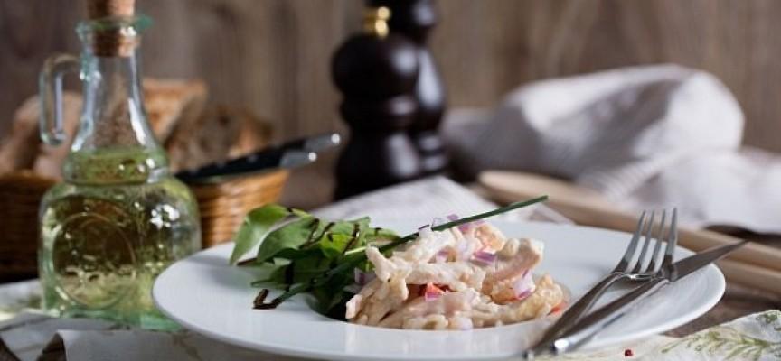 Салат «Нежный» с курицей и сыром