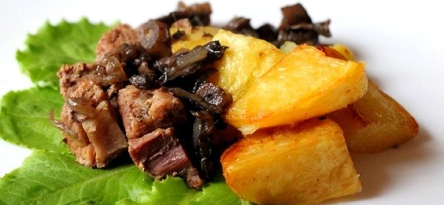 Жаркое из свинины с грибами и картофелем