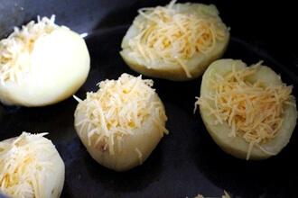 Запеченный картофель с перепелиными яйцами в мультиварке