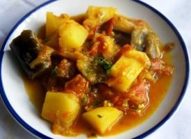 Баклажаны с картошкой и помидорами