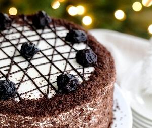 Медовый торт с черносливом в мультиварке