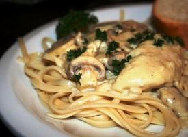 Спагетти с курицей в грибным соусе